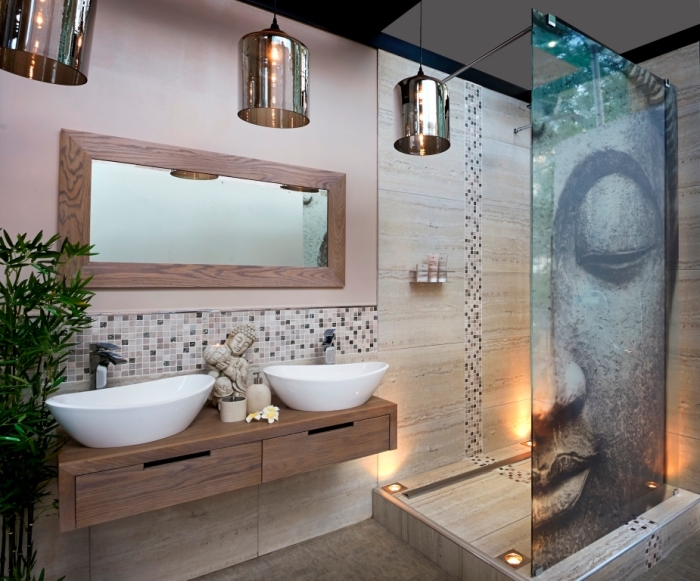 modèle de salle de bain tendance relaxante aux murs beige avec plafond blanc et noir, exemple suspension luminaire métallique