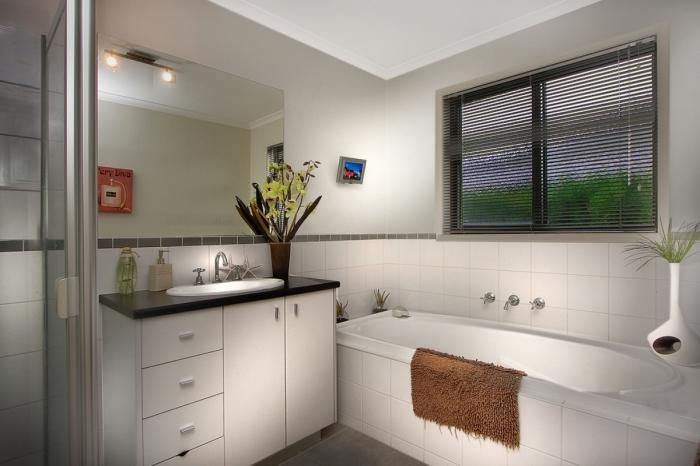 idée amenagement salle de bain petit espace aux murs gris clair avec carrelage en blanc, déco salle de bain douche et baignoire