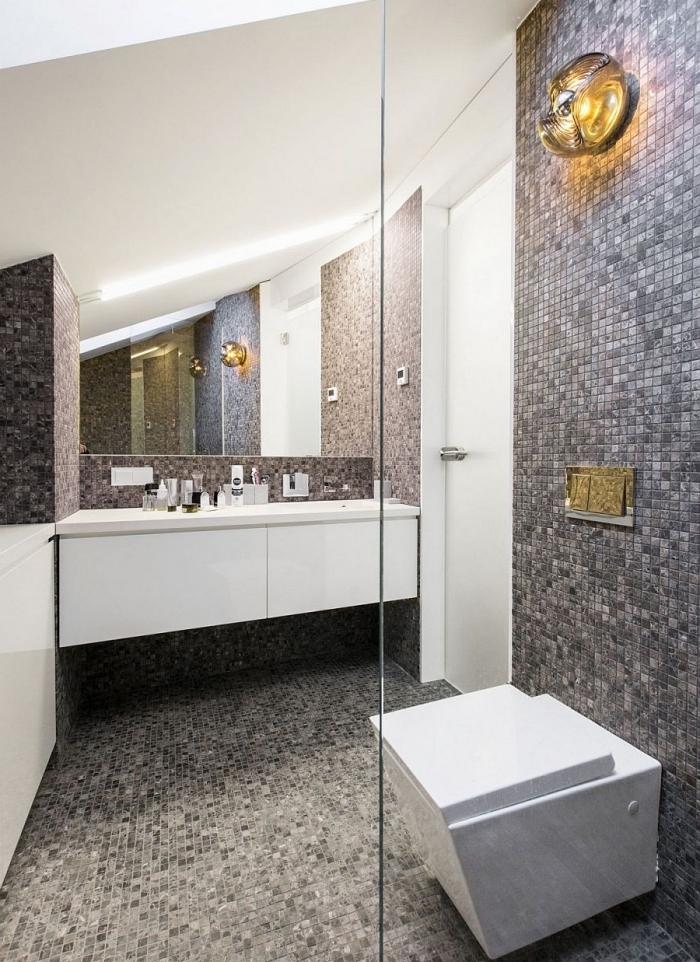 modele carrelage salle de bain à design mosaïque en gris clair et gris anthracite combiné avec meubles et équipements en blanc