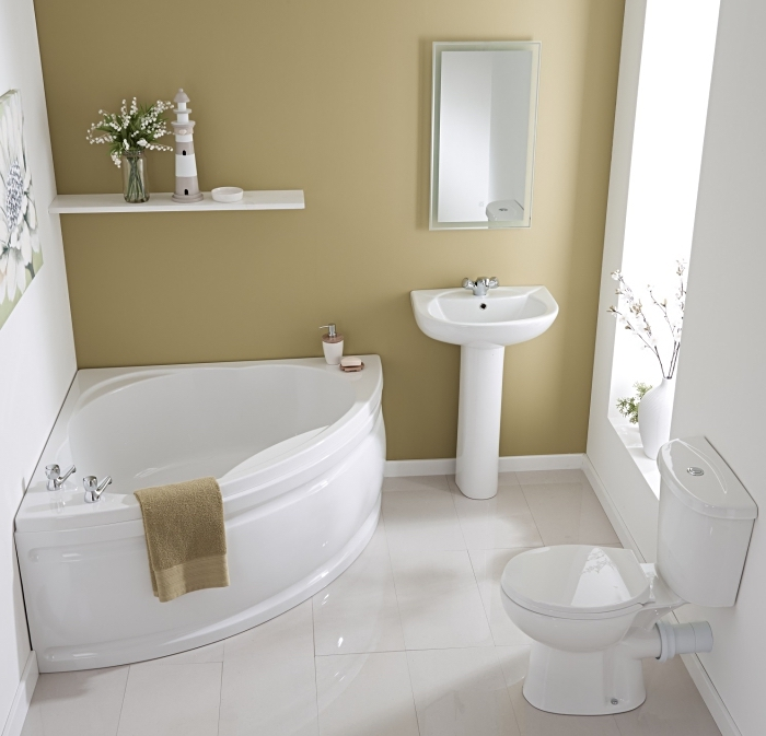 meuble petite salle de bain équipée d'une baignoire blanche d'angle avec étagère murale, déco de petit espace en couleurs neutres