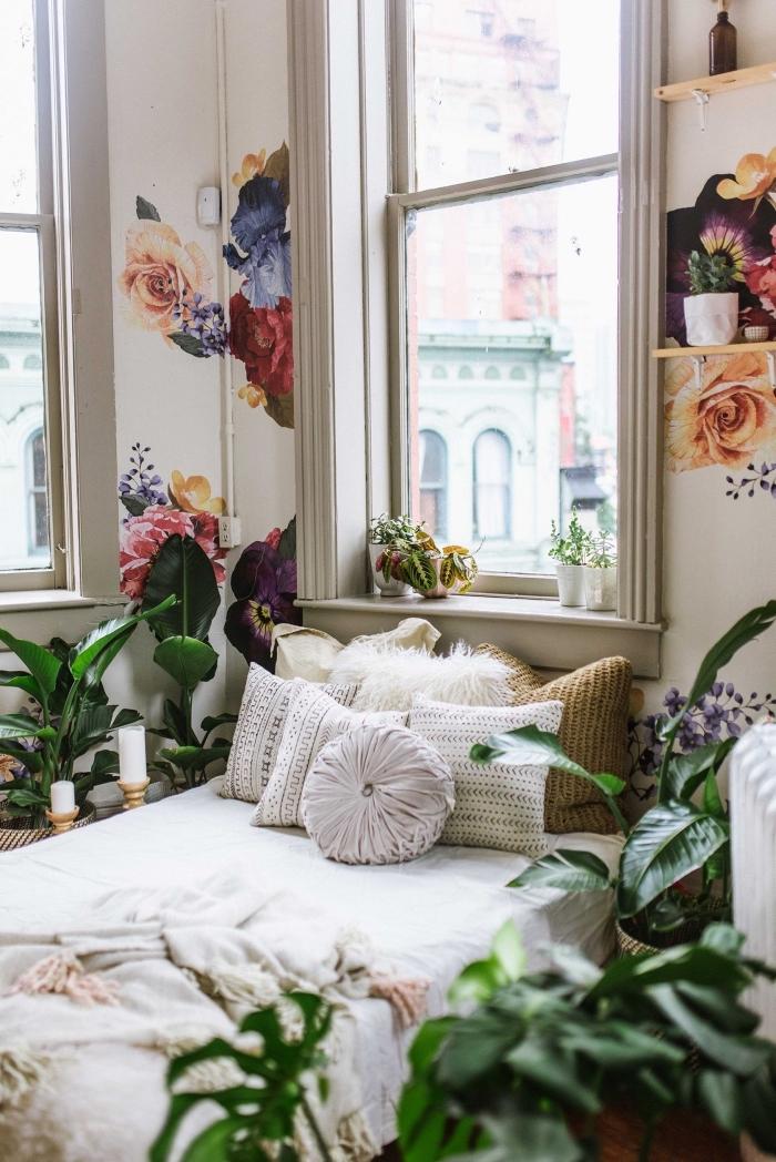 intérieur chic et boheme dans une chambre aux murs blancs avec déco en étagères murales et stickers murales à design fleurs