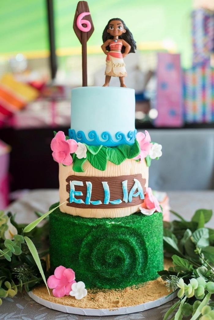 modèle de gâteau Disney à trois étage avec décoration à design nature sable et océan réalisée en fondant coloré