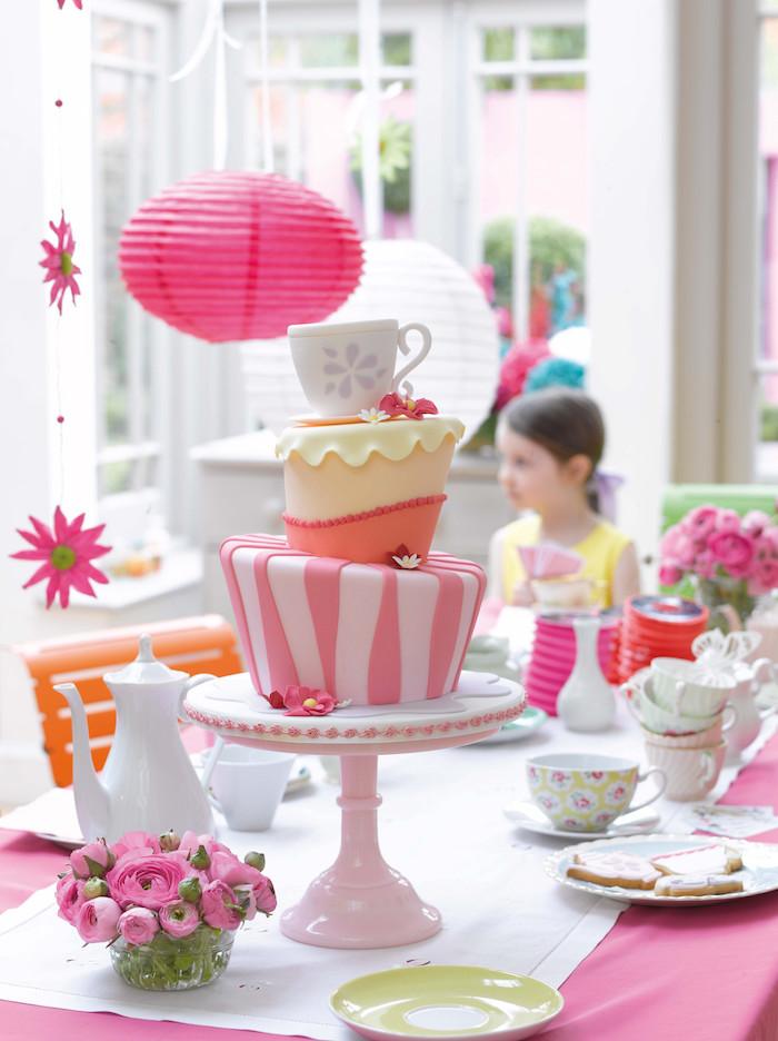 Idée bricolage maison deco a faire soi meme fête d anniversaire belle déco gâteau trois étages
