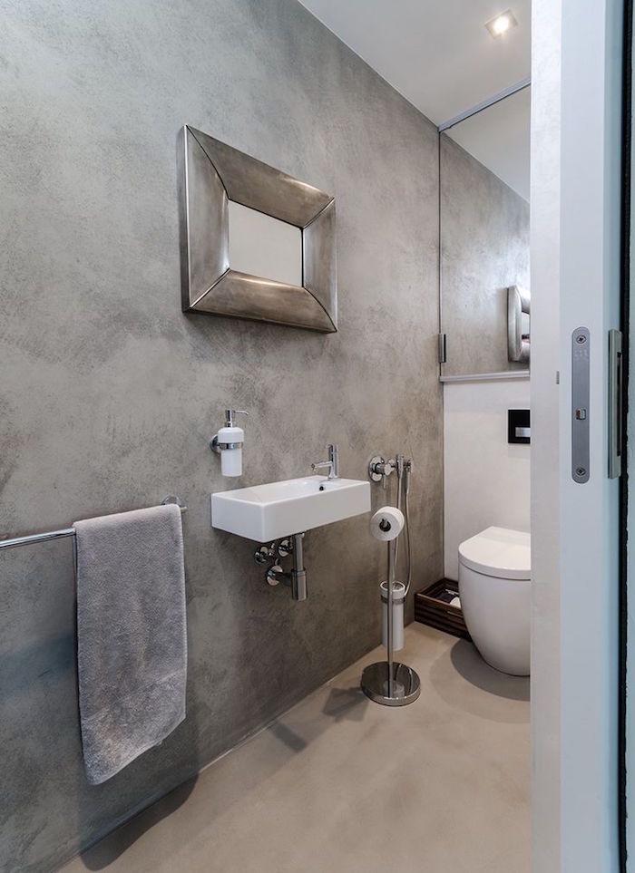décoration murale effet beton salle de bain sur murs et sol avec miroir en metal brossé