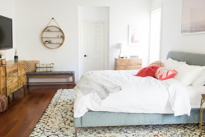idée comment aménager une chambre adulte bohème avec meubles de bois et étagère murale en forme miroir