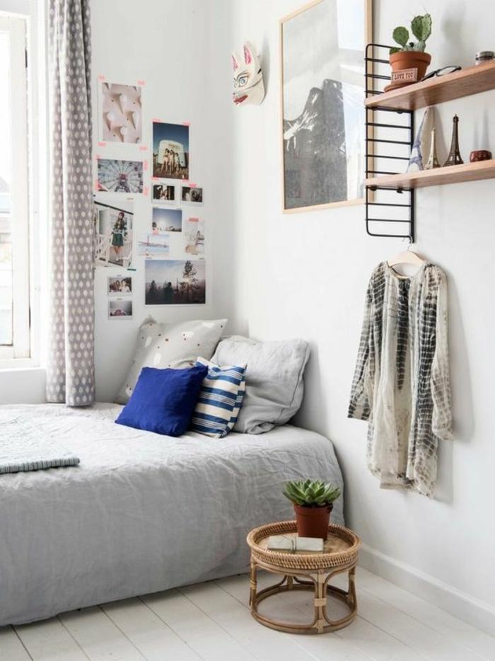 Idée d'aménager une petite chambre, idees pour la deco petite chambre adulte cocooning, lit bas, table de chevet ronde, étagères de rangement, tableau et mur avec photos