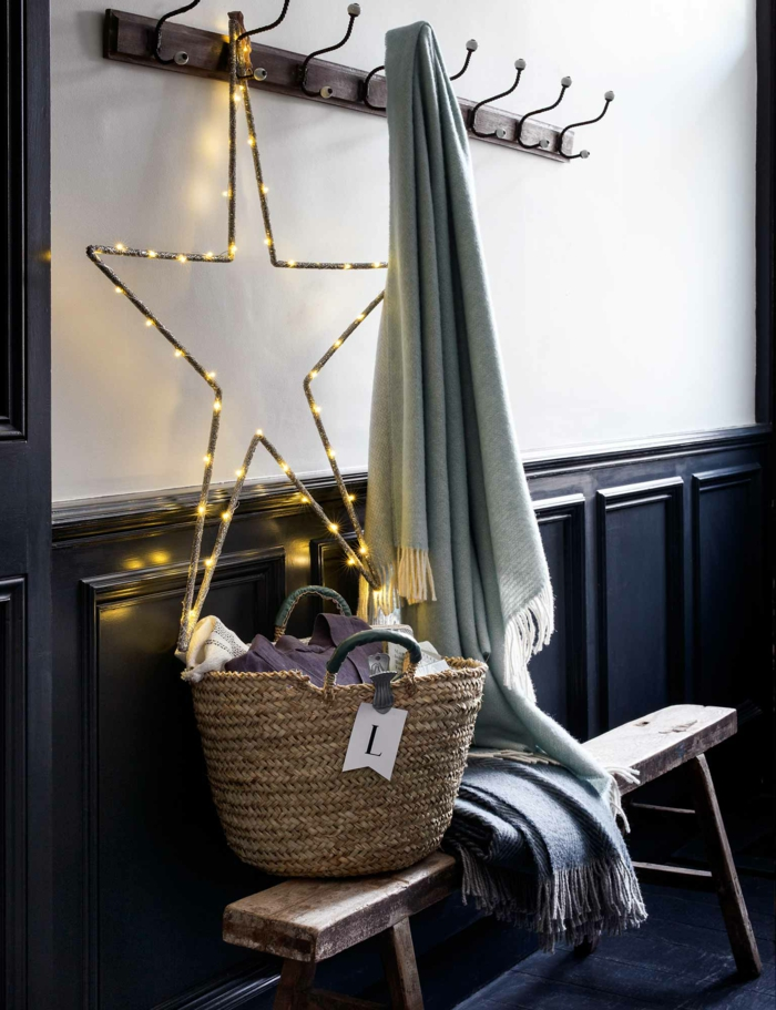 entrée en style scandinave, idée déco chambre cocooning, chambre adulte coooning, guirlande lumineuse interieur, guirlande lumineuse led