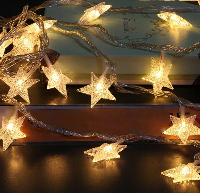 idée déco chambre cocooning, guirlande lumineuse chambre, guirlande lumineuse ampoule, guirlande a pile avec des éléments en plastique, motifs étoiles