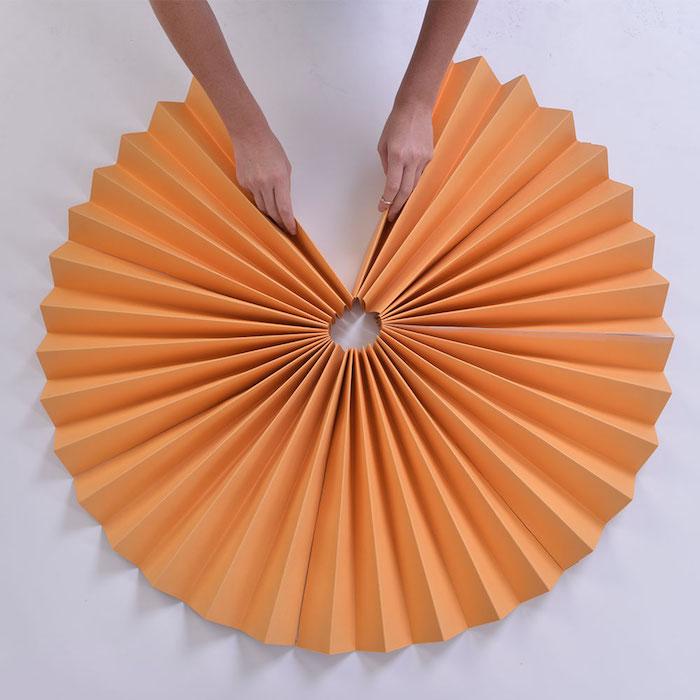 idée d eventail papier géant couleur orange a fabriquer pour créer une décoration murale