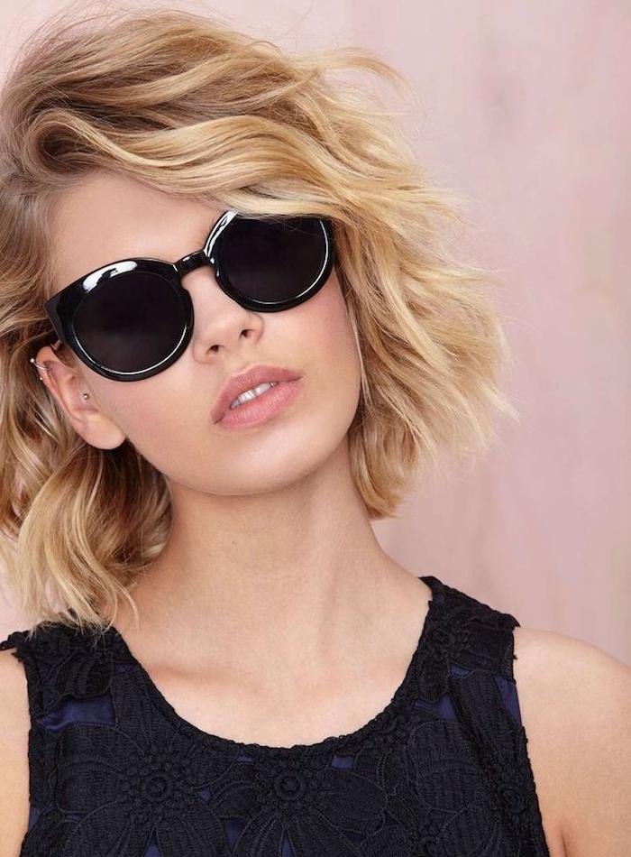 exemple de coiffure volumineuse sur cheveux coupe carre avec des boucles subtiles, lunette de soleil femme noire