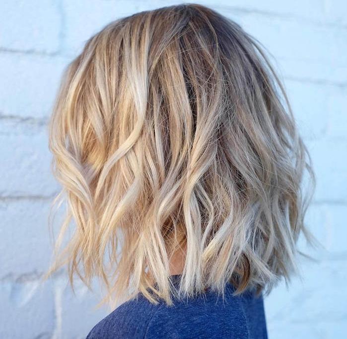 carré lond ondulé vue d arrière de la tête, cheveux blond clair ondulés avec des boucles romantiques fines