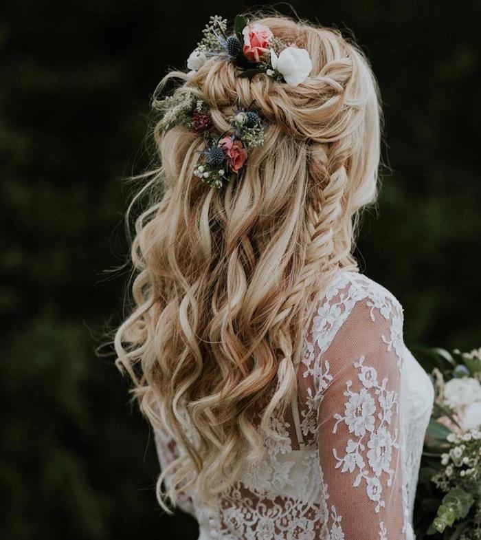 exemple original de coiffure tresse africaine dans cheveux longs ondulés lâchés couleur blonde et fleurs décoratives
