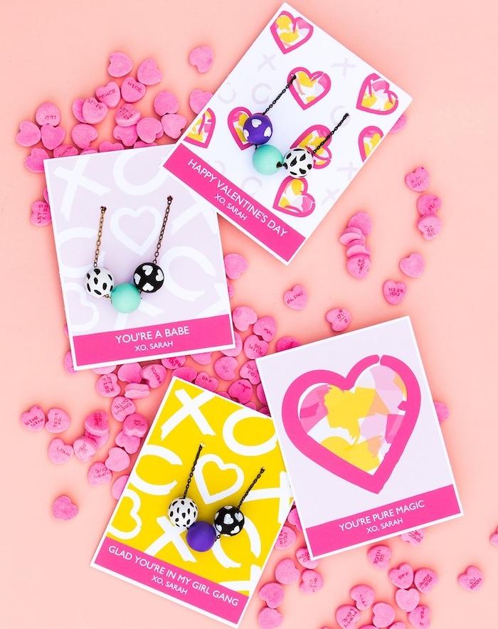 collier diy en perles de bois décorés à divers motifs colorés en peinture sur une chaine simple, cadeau pour sa soeur diy