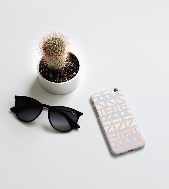 idée de coque i phone personnalisé de motifs geometriques en wahi tape doré, idée cadeau copine personnalisé