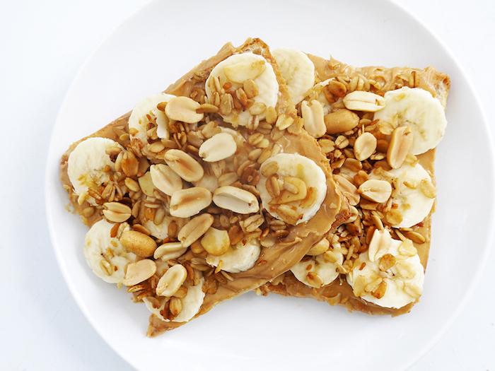 petit dejeuner ideal, toat tartiné de beurre de cacahuète, bananes et cacahuètes en top pour booster l énergie