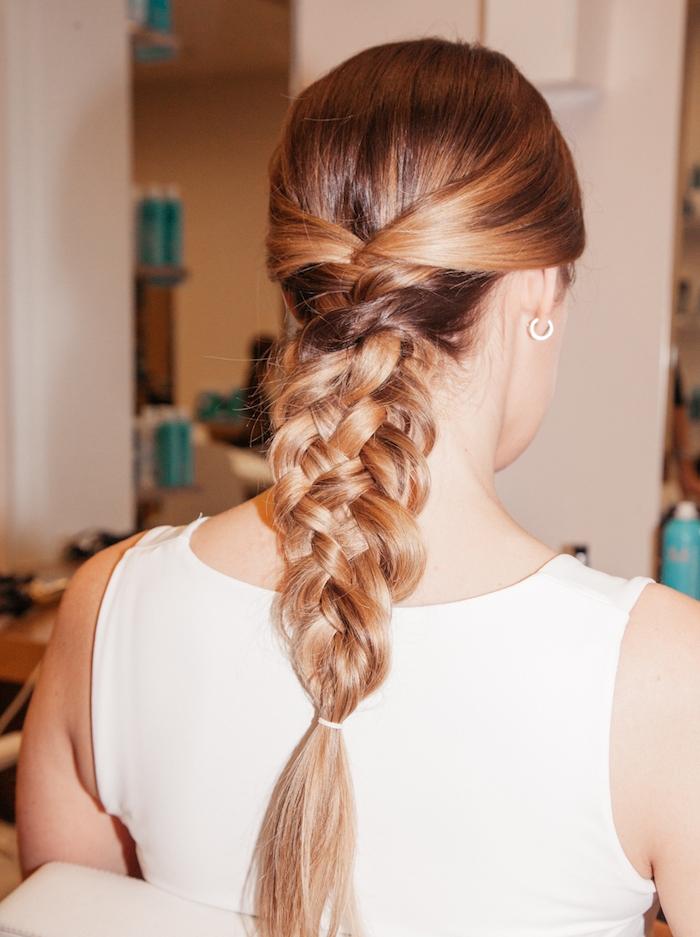 modèle de cheveux longs avec tresse volumineuse à 4 brins sur l arrière de la tête, idée de coiffure élégante femme