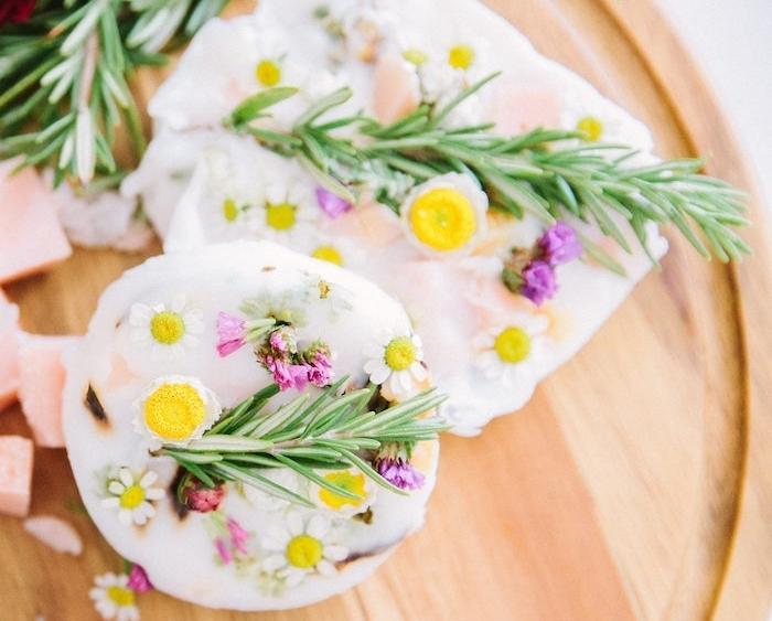 fabrication de savon avec des herbes naturelles dans une base semi transparente avec huile de coco