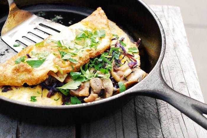 recette hyperprotéiné simple pour faire une omelette aux épinards et champignons, petit déjeuner prise de masse