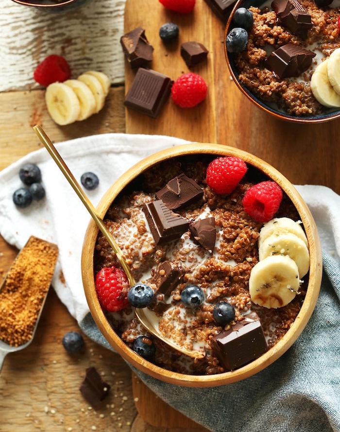 comment faire un petit déjeuner protéiné avec de la quinoa, chocolat, fruits et lait d manade et de coco