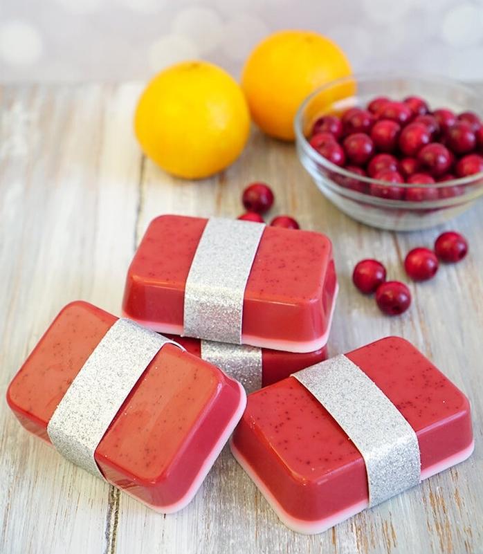 savon au canneberge a faire soi meme, une couche de base blanche et une couche rouge, bricolage facile et rapide