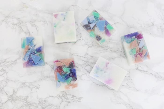 savon diy transparent avec des morceaux de savon géométriques colorées, faire son savon original
