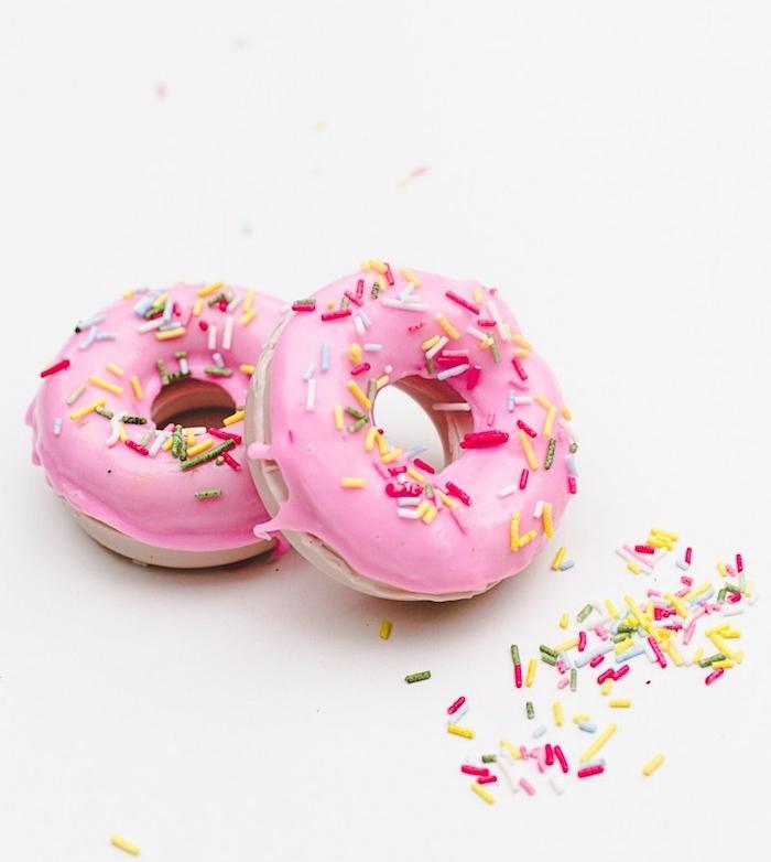projet intéressant pour faire son savon en forme de beignet, donut avec glaçage rose et des pépites sucrées