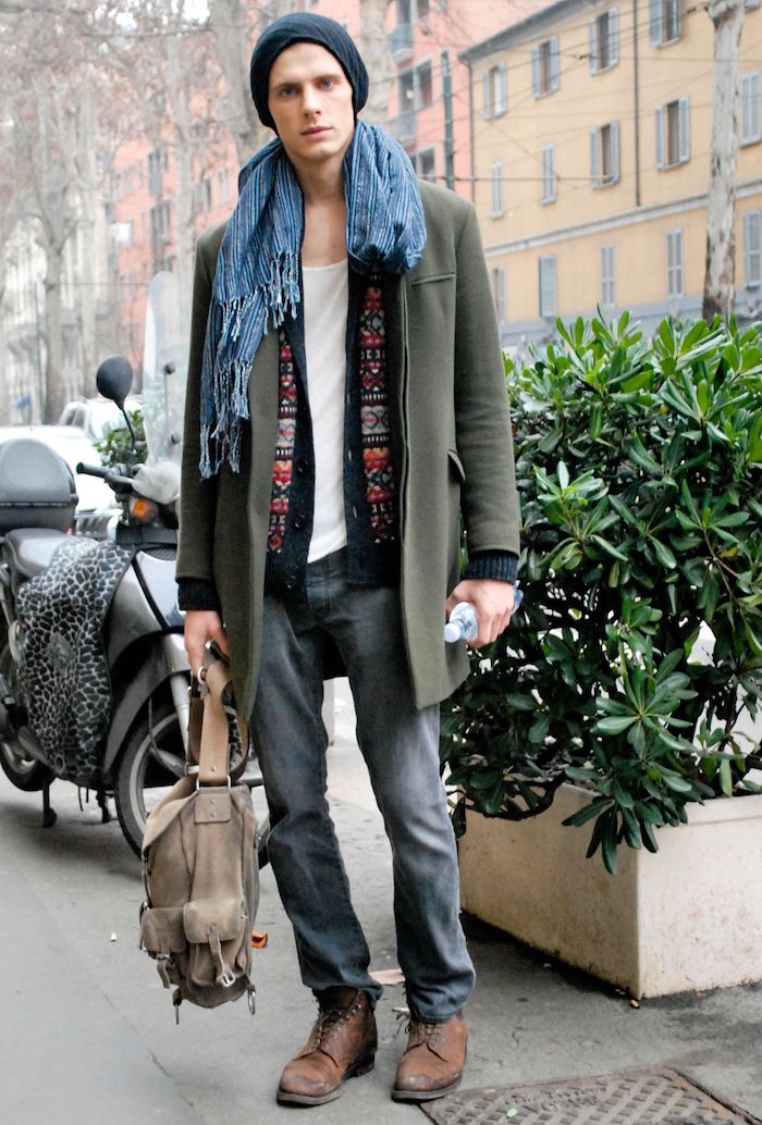 tenue homme casual style bobo chic avec boots en cuir et manteau en laine kaki
