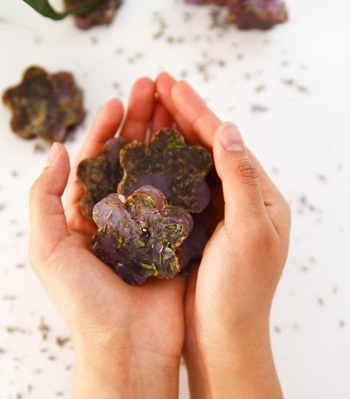recette savon maison simple et rapide, savon glycérine, colorant violet et de al lavande, soin corps naturel