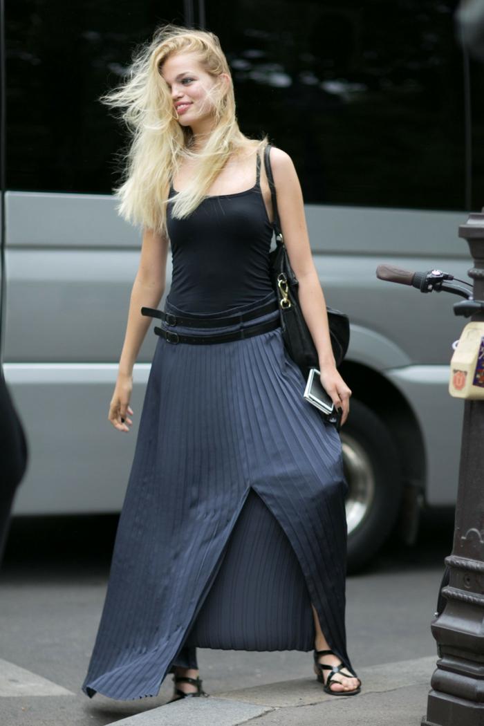 débardeur collé, jupe longue fendue, design fluide avec plissées, sandales noires