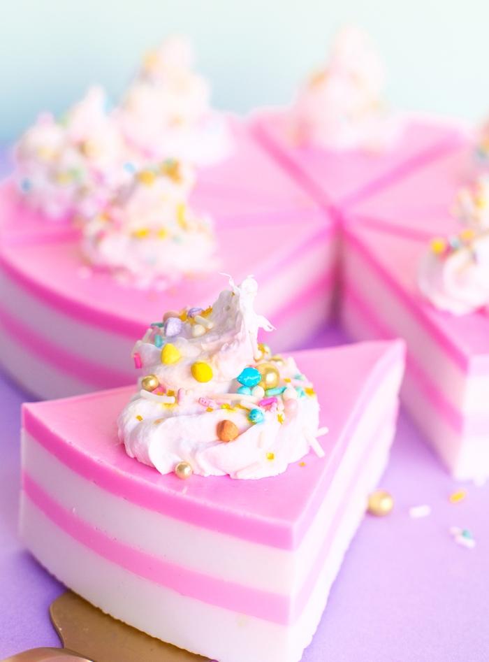 recette savon maison en forme de tranche de gateau à couche rose et une couche blanche avec imitation crème fraiche et perles comestibles dessus