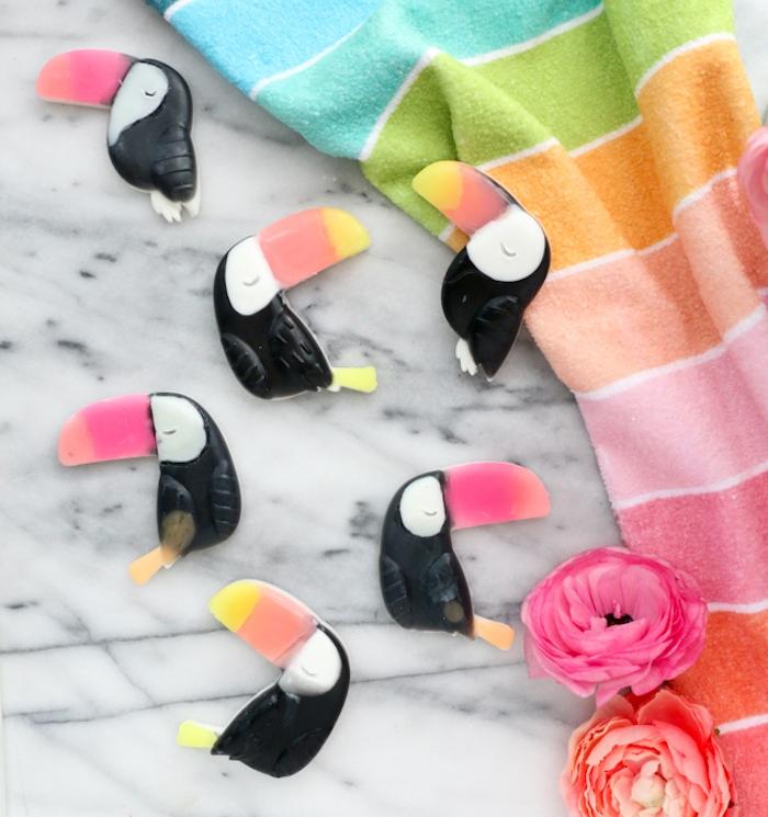 idée originale pour fabriquer du savon en forme de toucan coloré, des figurines d animaux sculpées