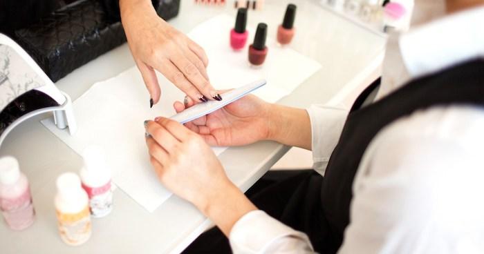 Deco ongle facile, modele ongle nail art, dessin sur ongle, modèle ongle en gel, femme qui fait sa manucure dans un salon de beauté