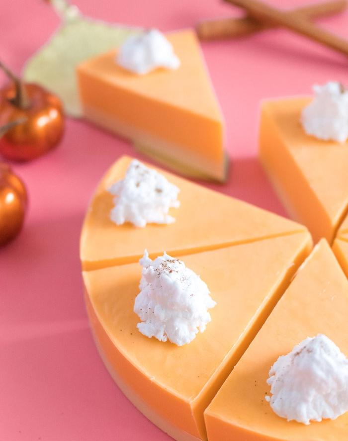 cadeau anniversaire original a faire soi meme, tarte au citrouille orange et crème fraîche blanche