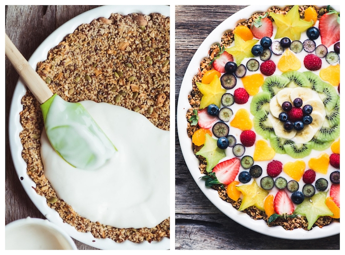 tarte avec une base de noix e graines et beurre de coco, nappé de yaourt avec des fruits rangés en dessus