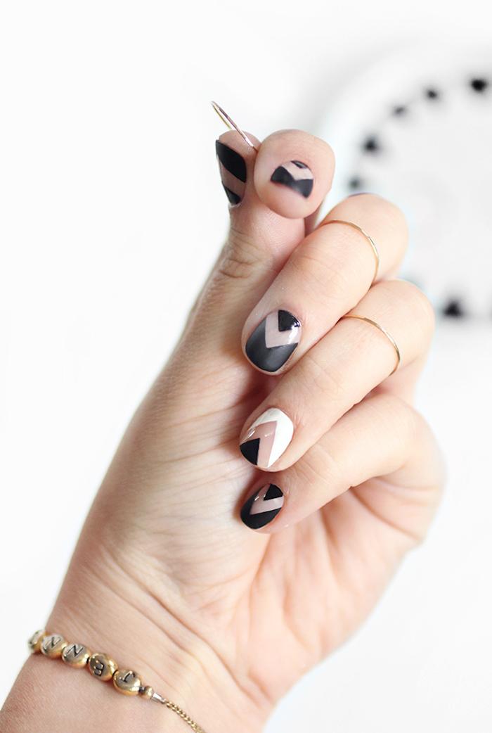 Modèle ongle en gel, modele ongle gel original, pose ongle gel, cool idée de design estival, noir et blanc géométrique