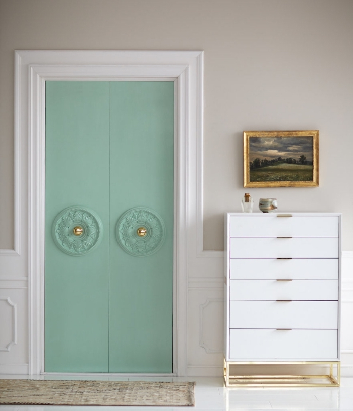 peinture porte à la craie pour un côté un brin rétro, une porte de dressing repeinte en vert d'eau et décorée de moulure porte rosace