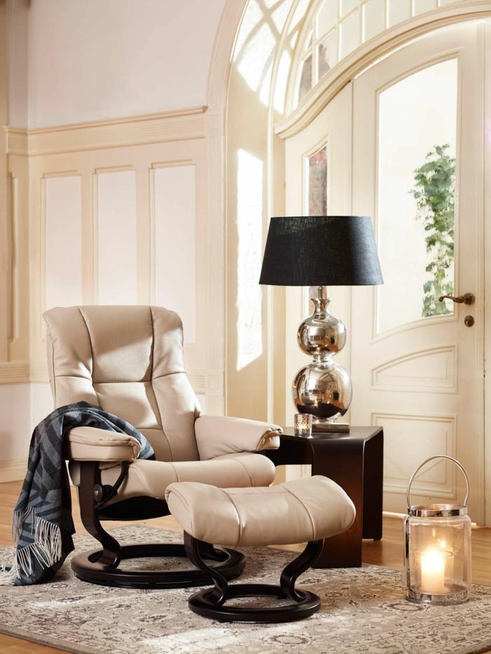 table wengé, lampe de table noire, murs de couleurs crème, fauteuil crème