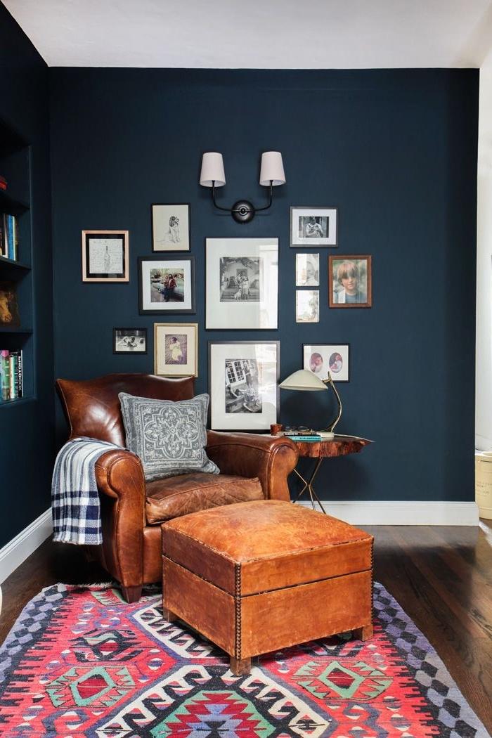 l'association couleur bleu nuit des murs et cuir marron du fauteuil apporte du cachet à ce coin de lecture appaisant
