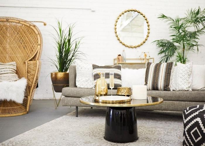 exemple de deco ethnique dans un salon aux murs blancs et plancher béton, modèle de fauteuil paon en rotin