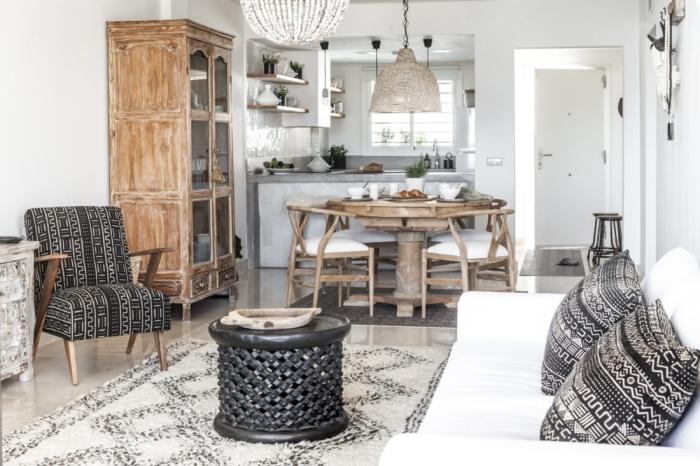 idée comment décorer une pièce blanche avec motifs ethniques, coussins et siège blanc et noir à design géométrique