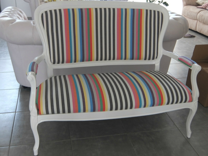 meuble relooké, canapé trois places, revêtu de tissu en rayures verticales en couleurs vives, comment repeindre un meuble sans le poncer, dalles de carrelage gris anthracite