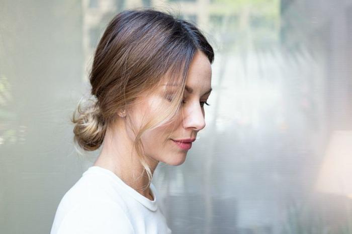 chignon élégant et mignon, femme moderne avec coiffure chignon rapide cheveux mi long
