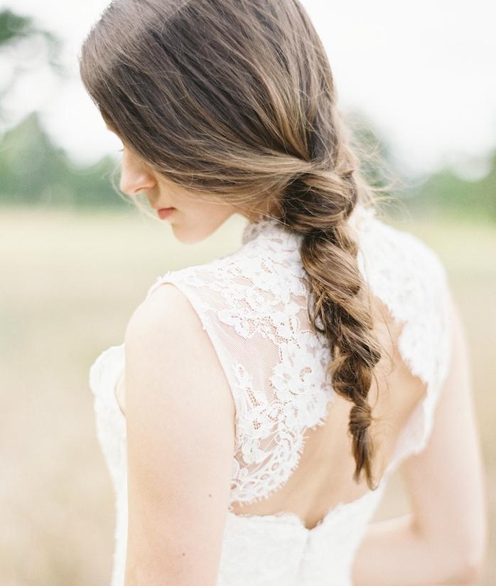 exemple de coiffure tresse mariage tresse floue desserée sur l arrière de la tête, robe de mariée dentelle