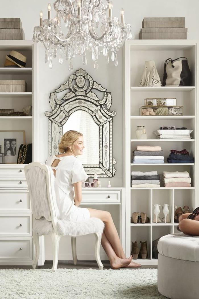 comment repeindre un meuble sans le poncer, miroir en style baroque, luminaire lustre en pampilles de cristal, riche en éléments, meuble relooké