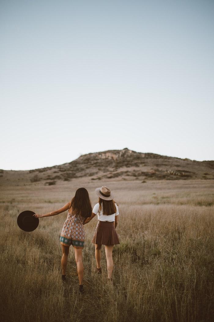 Deux amies belles robes pour vacances ete 2018 tenue romantique tenue pour mariage ete amies champs cool idée photo mignonne