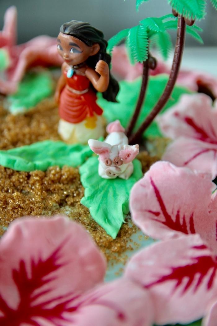 idée deco vaiana pour un gâteau d'anniversaire enfant, modèle de gâteau aux biscuits caramélisés design sable et figurine Vaiana