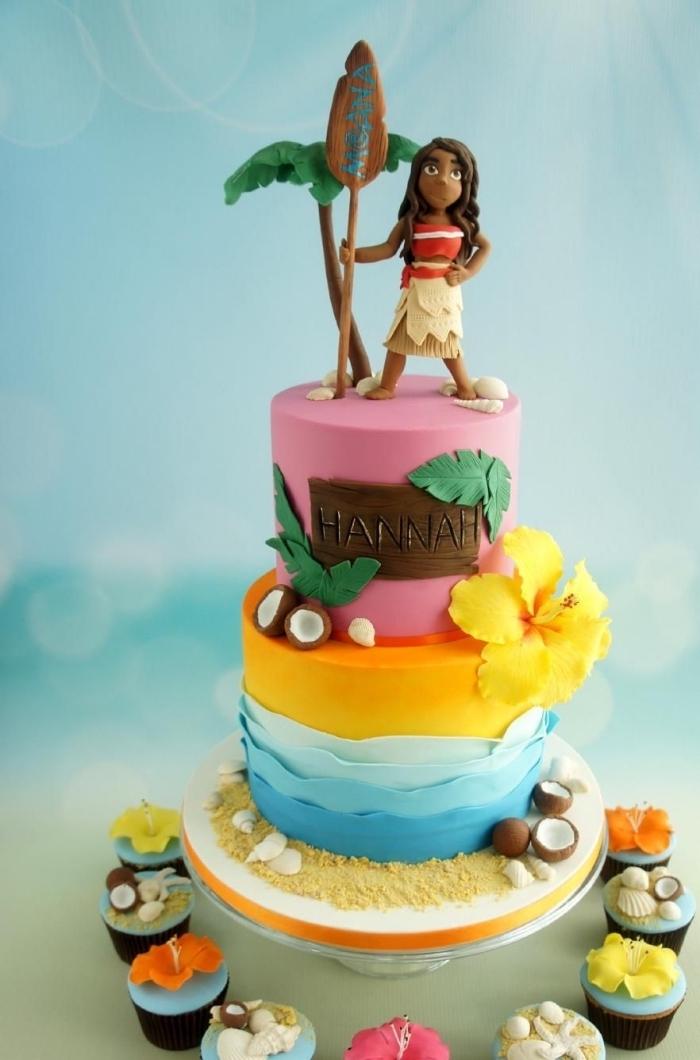 modèle de gateau d anniversaire fille sur trois étages à décoration au fondant coloré en rose avec petites figurines en pâte à sucre