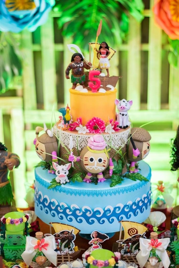 modèle de gateau anniversaire vaiana à trois étages avec déco en figurines personnages du dessin animé et fondant coloré