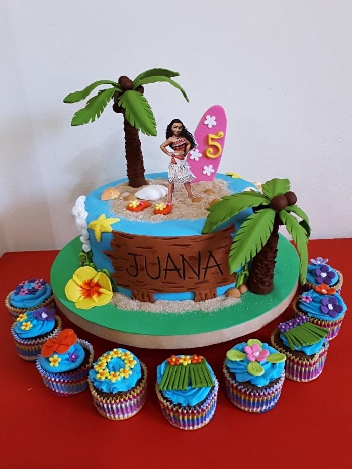 decoration anniversaire fille avec un gâteau Disney fait maison et muffins au glaçage bleu turquoise et figurines en pâte sucre