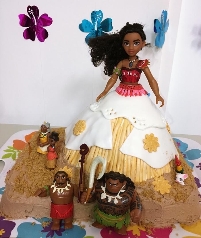 idée comment faire une deco anniversaire vaiana avec un gâteau fait maison à décoration able en biscuits émiettés et poupée Vaiana